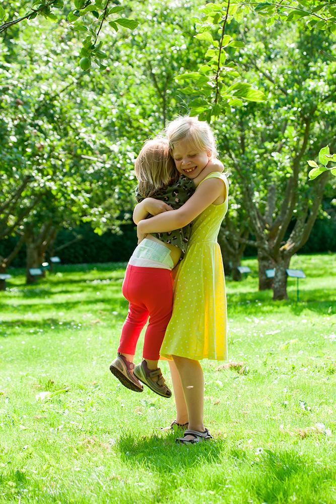 Børn i den grønne natur i sommertøj af palle christensen