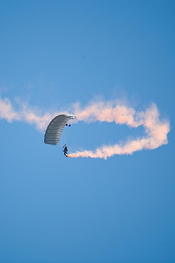 En falskærmsudspringer i luften og røg af Palle Christensen