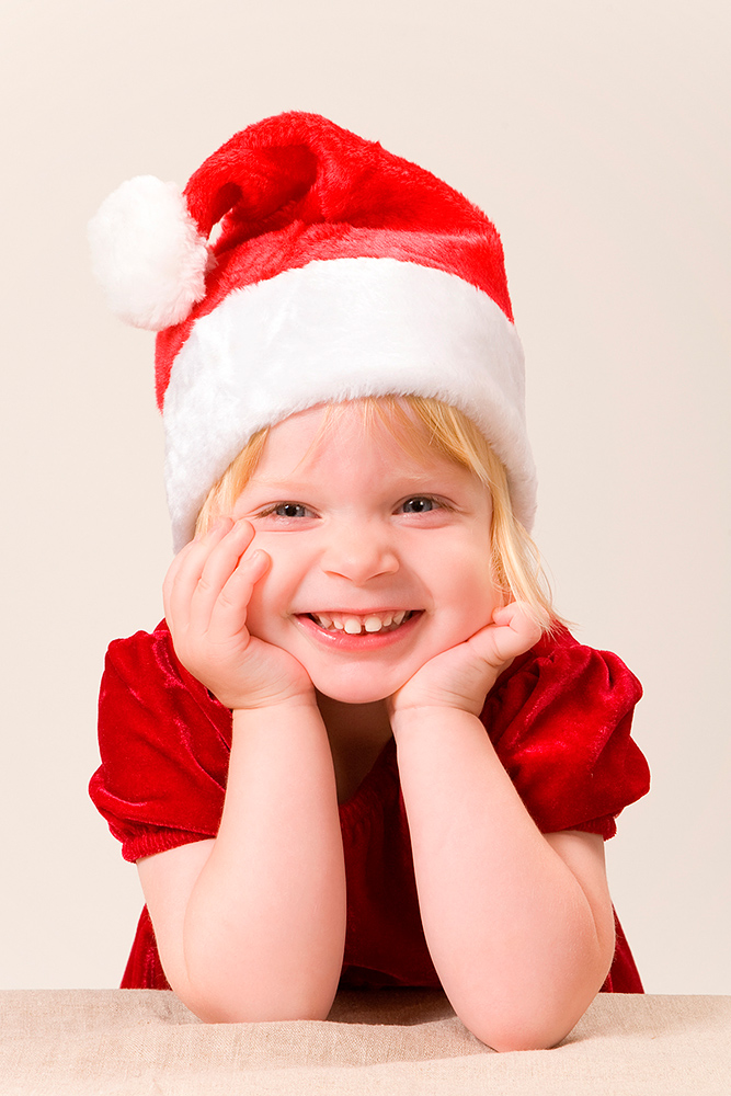 Julefoto af sød pige i nissehue og rød kjole af palle christensen