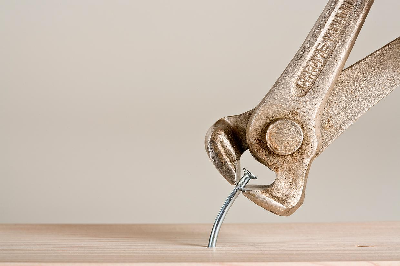 Søm der trække op at knibtang fra plade foto af Palle Christensen