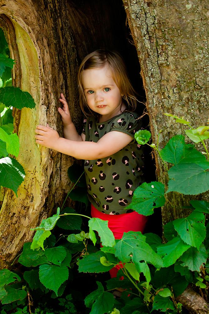 Naturportræt af lille sød pige ved træ af palle christensen