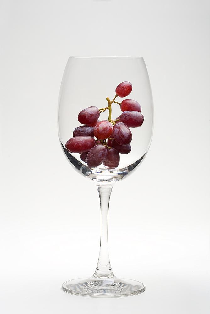 Vindruer i vinglas på hvid baggrund