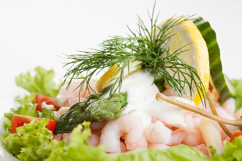 Forret med rejer, salat, asparges, dild og citron