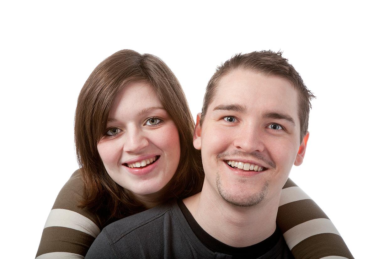 Ungt par der krammer og smiler af palle christensen