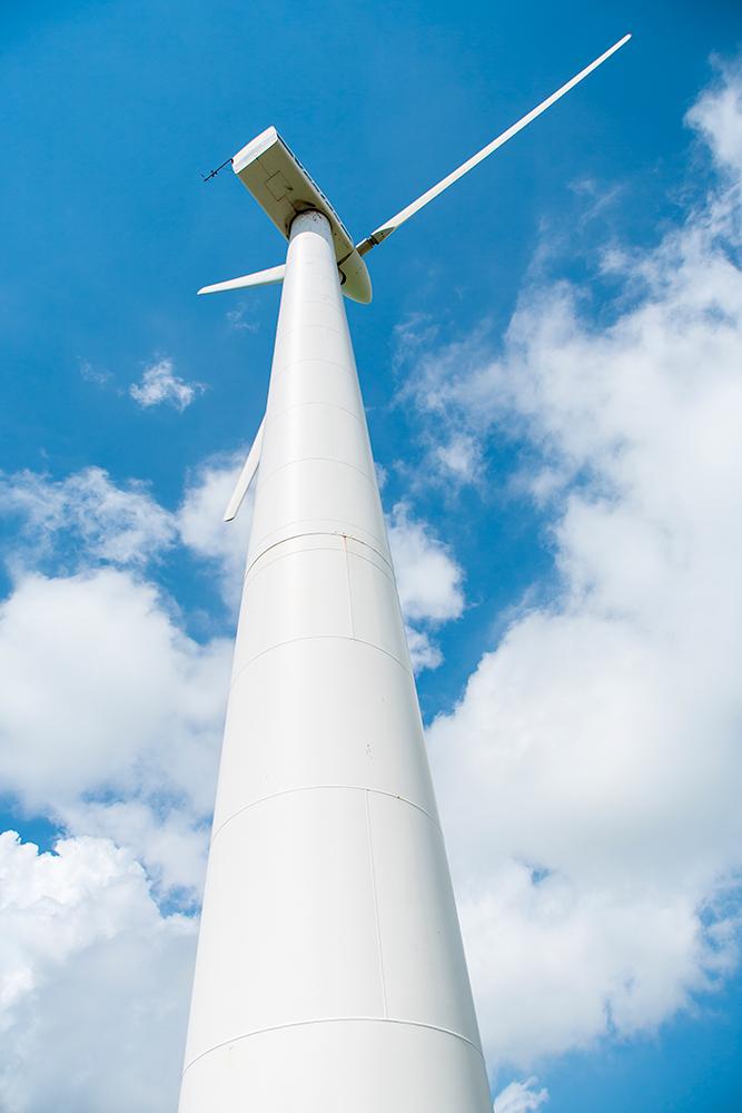 Foto af vindmølle nedefra op mod himlen af Palle Christensen