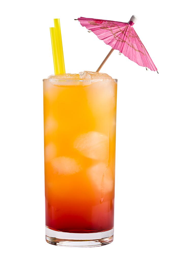 Drink med tequila sunrise, sugerør og drinkpapaply