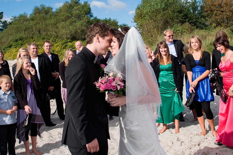 Nygift par der kigger i øjenene af Palle Christensen