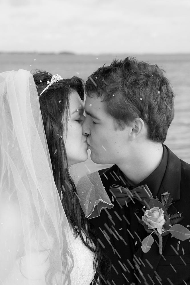 Bryllupskysset med ris flyvende i luften af Palle Christensen