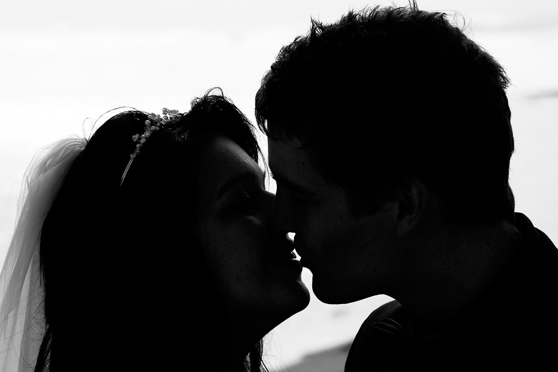 Specielt bryllupsbillede med kys i sort hvid af Palle Christensen