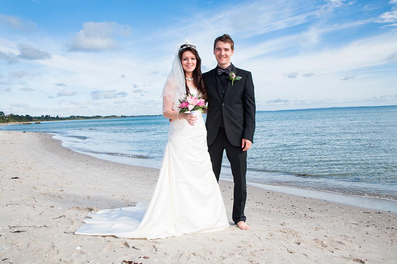 Portræt af ungt bryllupspar på stranden af Palle Christensen