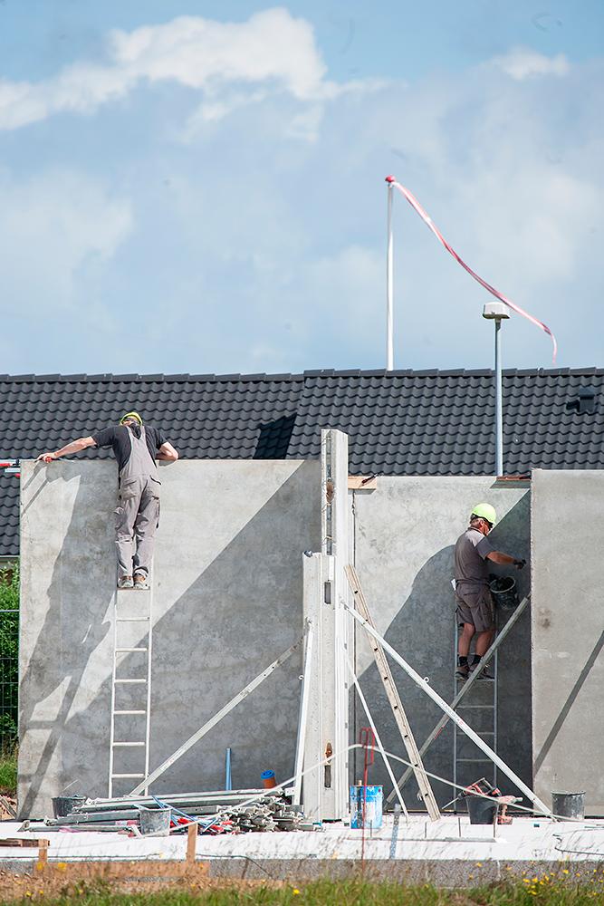 Opføring af bygning med arbejdsmænd af Palle Christensen