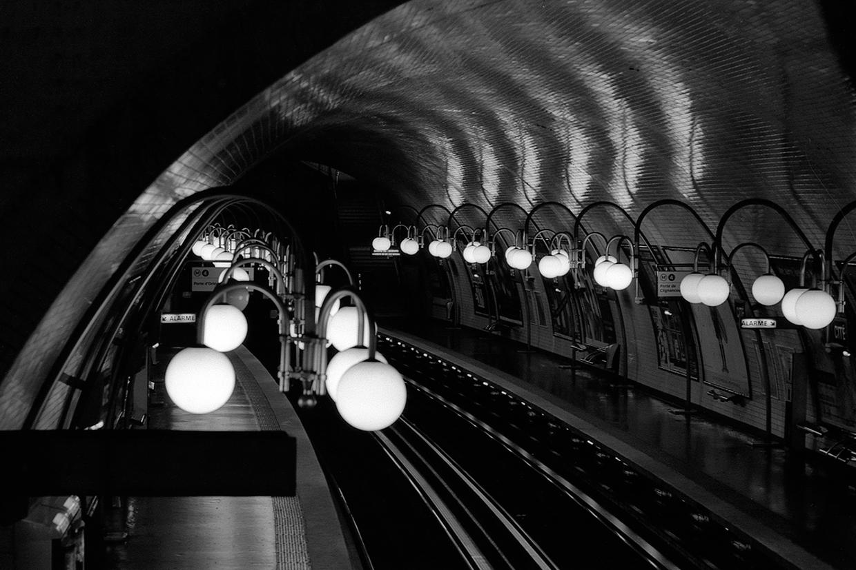 Ældre metrostation i Paris i sort hvid af Palle Christensen