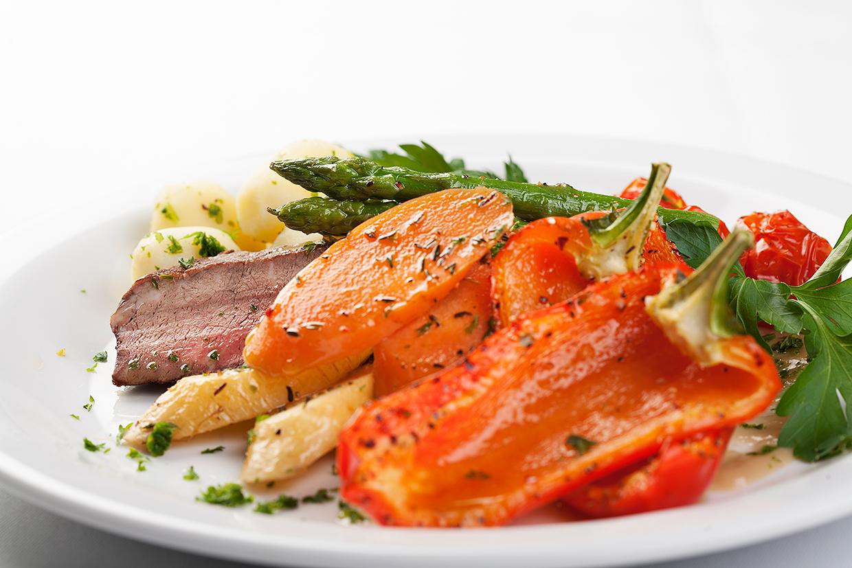 Oksemørbrad med grønsager og rodfrugter på tallerken