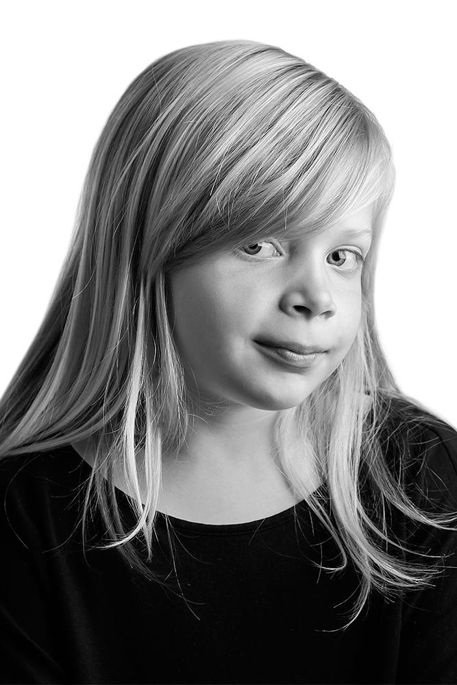 Portræt af ung pige der kigger i sort hvid af palle christensen