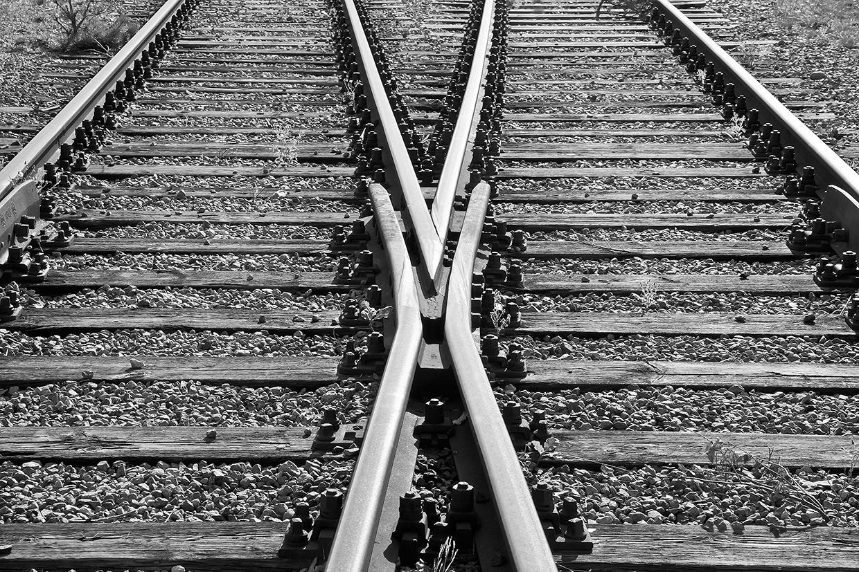 Sort hvids foto af togskinner af Palle Christensen