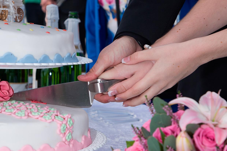Bryllupskage udskæres af brudeparret af Palle Christensen