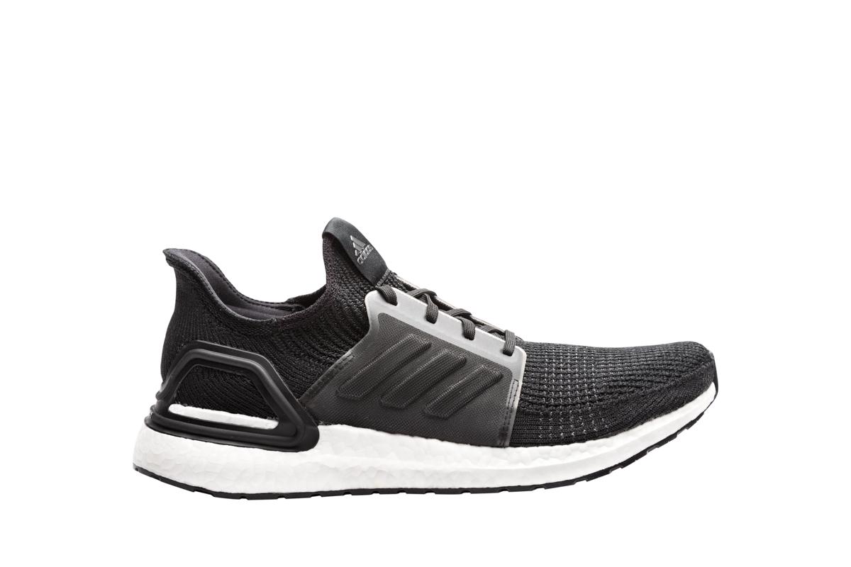 Produktfoto af sort sko fritlagt på hvid baggrund
